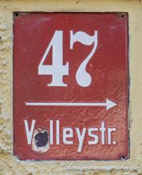 - Hausnummer