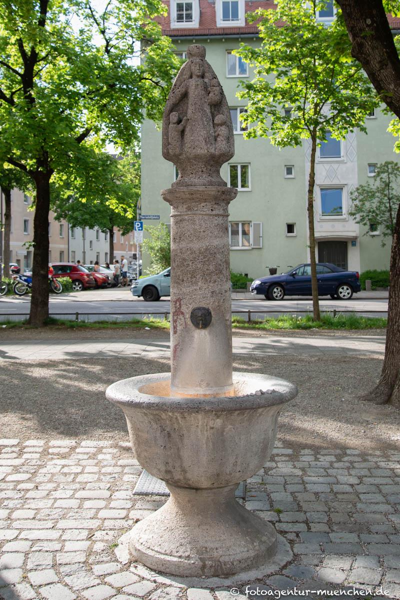 Schutzmantelmadonna-Brunnen
