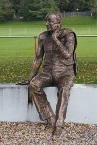 - Kurt-Landdauer-Statue Fron Karel